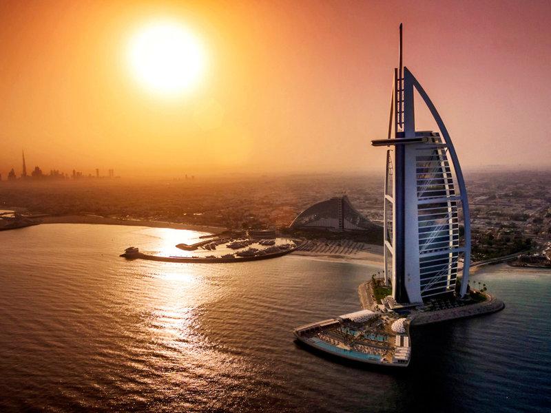 Hotel der Superlative im Blick bei Sonnenuntergang