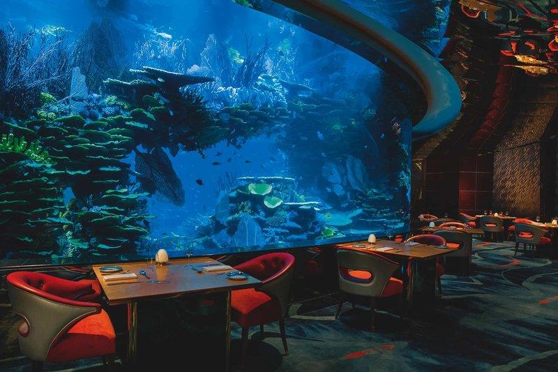 Im Restaurant am Aquarium