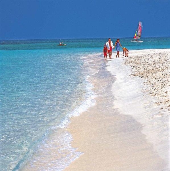 Jumeirah Beach Hotel Dubai - Spaziergang am Strand mit der Familie