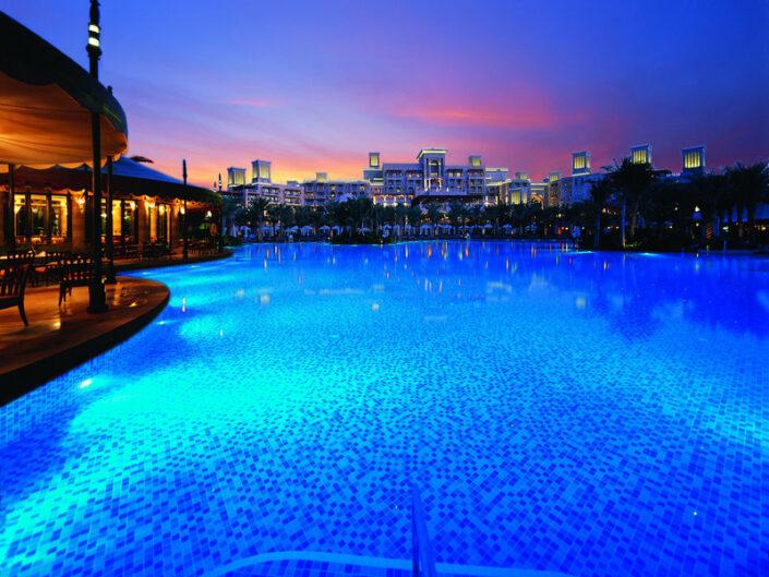 Madinat Jumeirah Resort Dubai - Wundervolle Farben bei Nacht im Resortpool