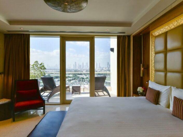 Luxushotel Raffles Dubai - Wohnbeispiel mit Balkon und Skylineblick