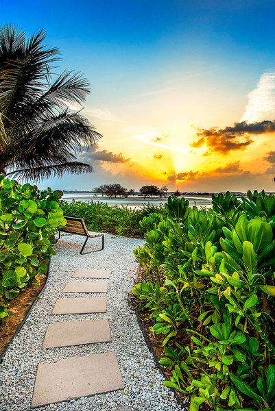 The Ritz-Carlton Ras Al Khaimah - Abendstimmung in der Anlage mit Blick auf die Insel