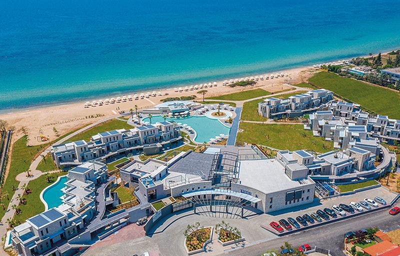 Blick über die Anlage mit Pools, über den Strand bis zum tiefblauen Meer