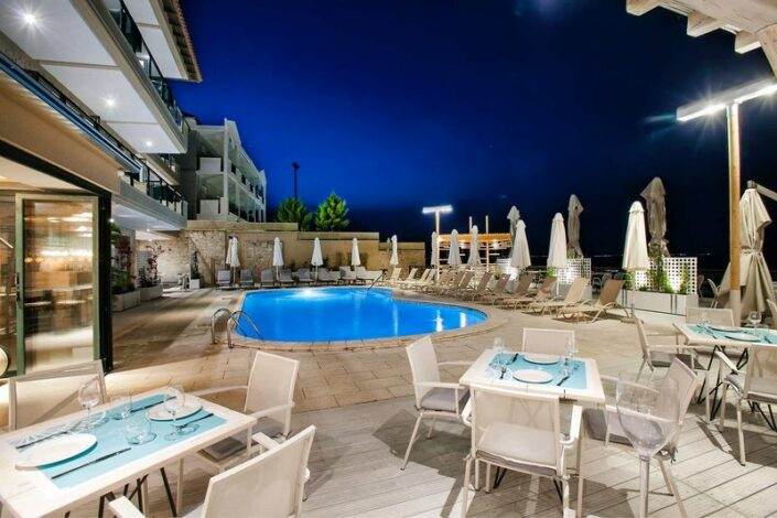 Abends am Pool im Restaurant sitzen