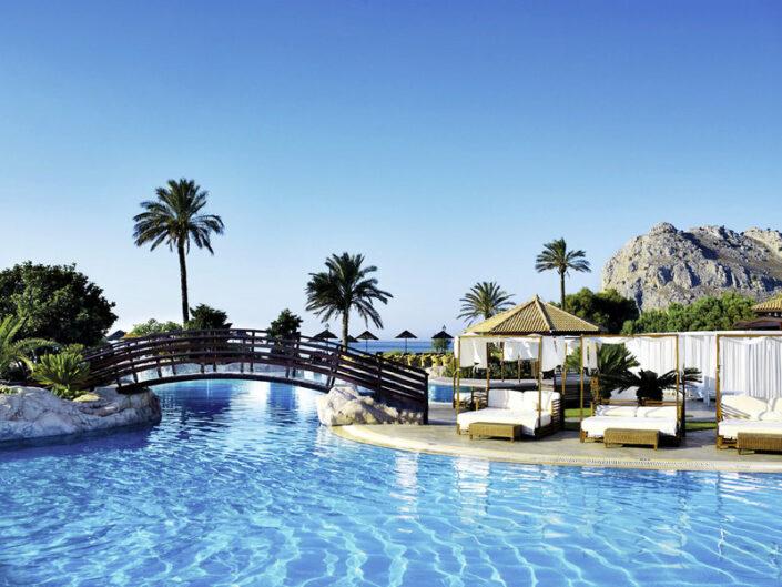 TUI BLUE Atlantica Imperial Rhodos - Pool und Himmel in Blau und Blau und weiss, wie die griechischen Farben
