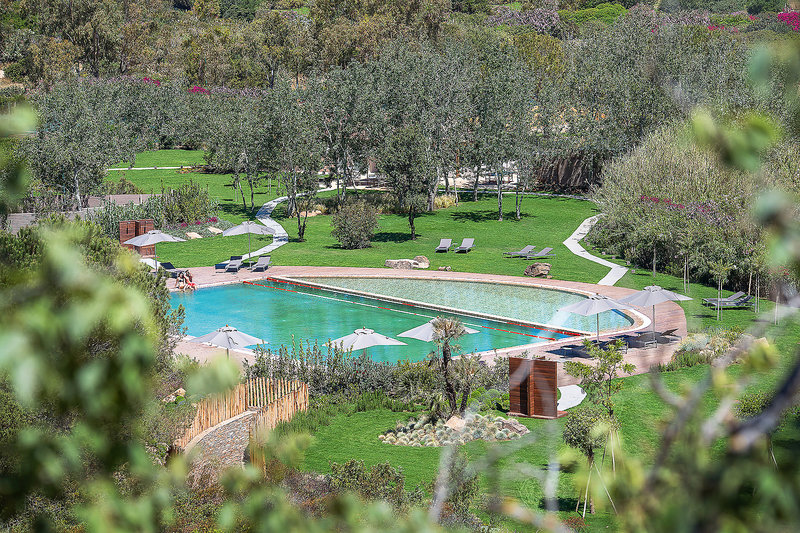 Chia Laguna Resort Sardinien - Im Garten am Pool