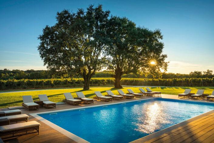 Meneghetti Wine Hotel Bale - Es wird abend am Pool