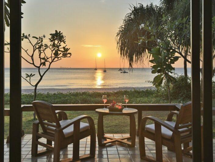Ein Drink auf der Terrasse und den Sonnenuntergang geniessen
