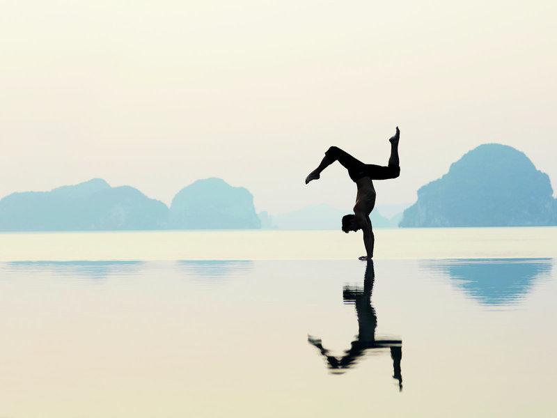 Yoga am Morgen am Pool