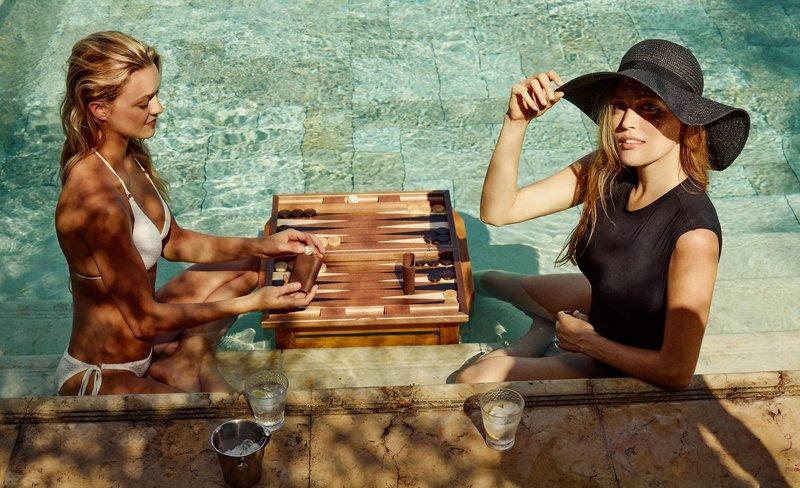 Ein Runde Backgammon am Rande des Pools