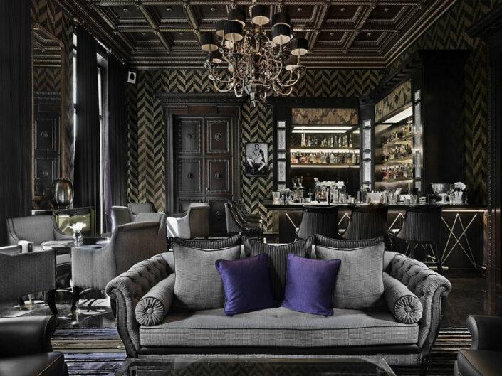 In der stylischen GQ Bar mit Sofa und Sessel