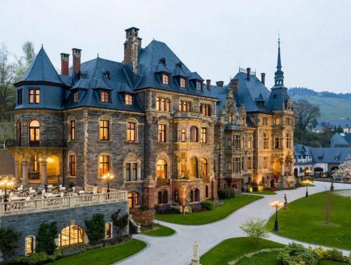 Schloss Lieser Rheinland-Pfalz - Wundervoller Blick auf das Schloss, die Terrasse und den Garten