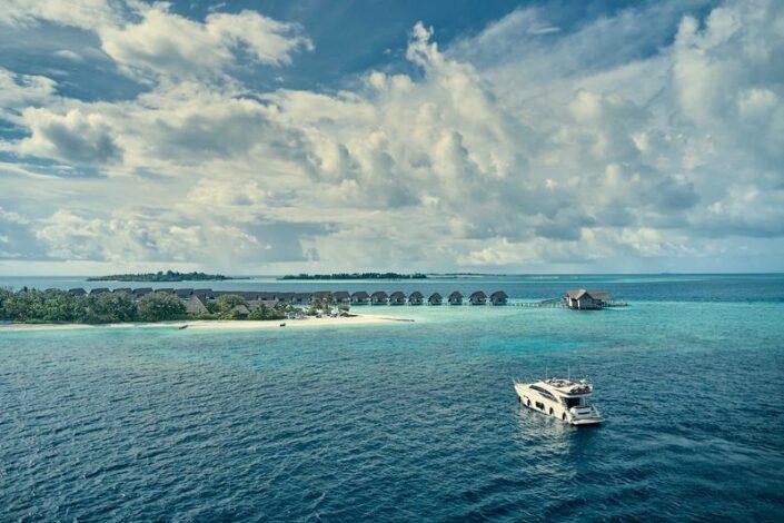 Mit der Yacht vor der Insel unterwegs