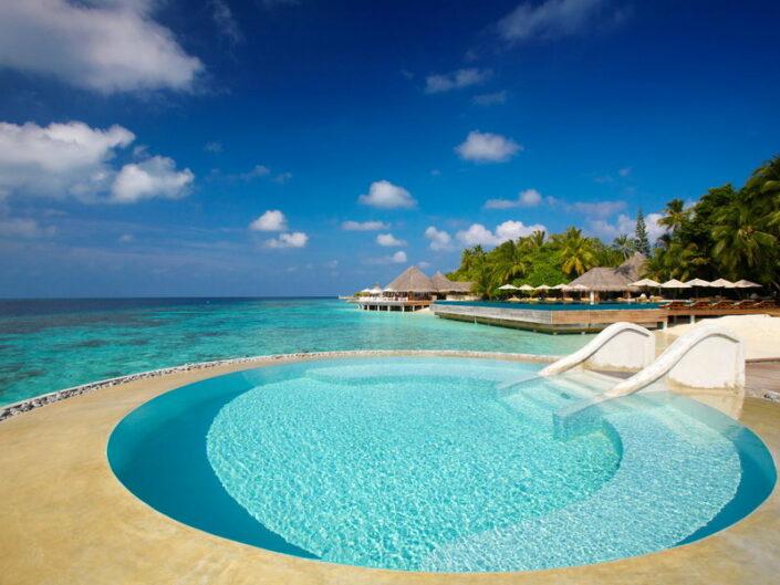 Blick über den Pool und den Ozean