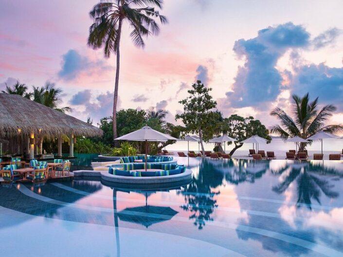Six Senses Laamu Malediven - Es wird abend am Pool