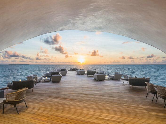 St Regis Resort Malediven - In der Bar bei Sonnenuntergang