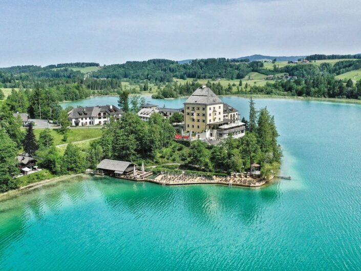 Schloss Fuschl am See - Im Sommer am türkisfarbenen Fuschlsee