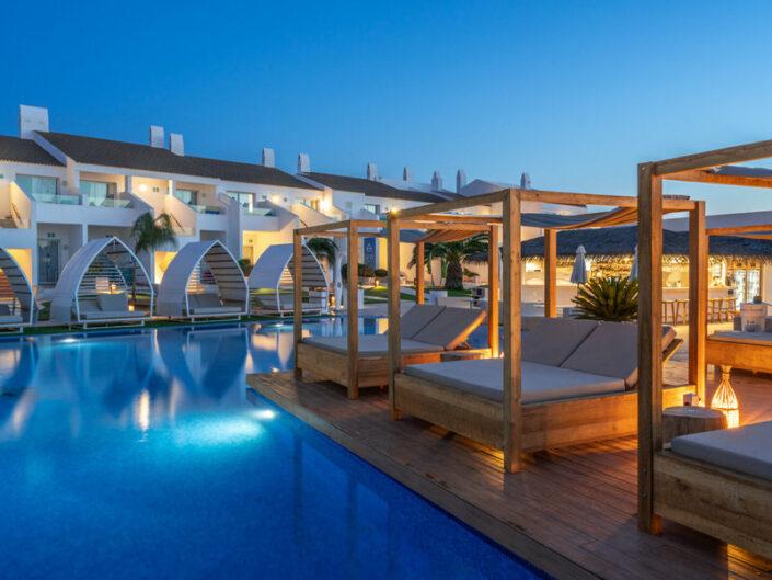 Lago Resort Menorca Erwachsenenurlaub - Die Double Relax Betten am Pool am Abend