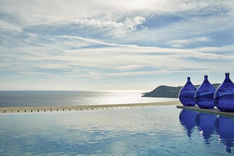 Blick aus dem Infinitypool auf das Mittelmeer vor Mykonos
