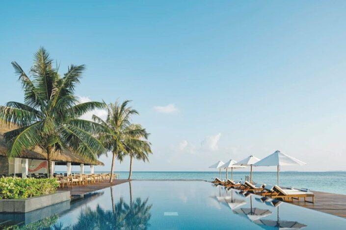 Noku Maldives Traumurlaub auf den Malediven - Am Infinity Pool mit Blick auf den Indischen Ozean