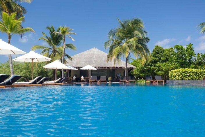 Noku Maldives Traumurlaub auf den Malediven - Am Pool entspannen