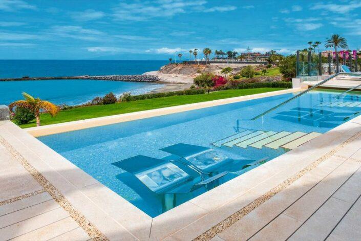 Iberostar Grand Salome Teneriffa - Auf den Pool Relax Liegen mit super Ausblick