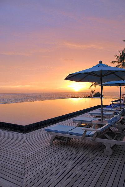 Sonnenuntergang über dem Resort auf den Malediven