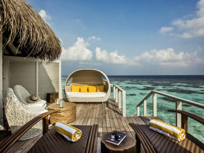 Drift Thelu Veliga Malediven - Auf der Terrasse der Wasservilla über dem Meer
